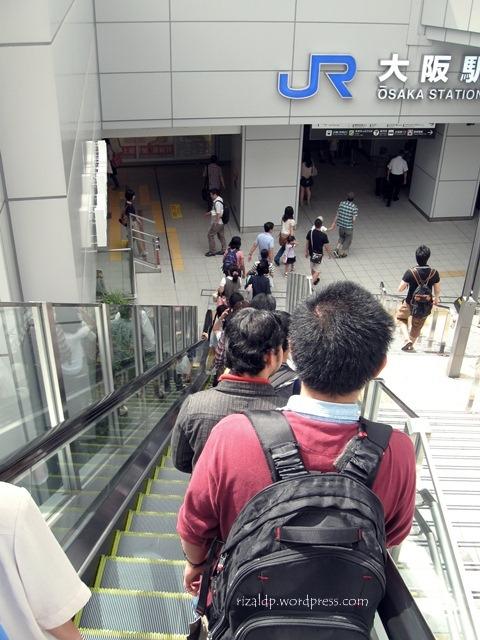 Budaya antri di Osaka - jalur lambat di sebelah kanan!