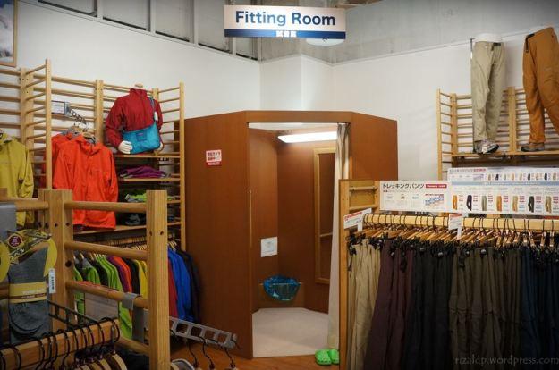 Di tempat umum, sholat bisa tetap didirikan dengan mencari fitting room.