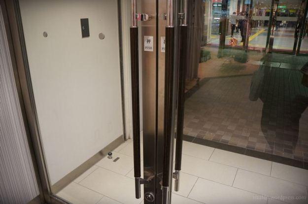 Gagang pintu yang dilapisi isolator