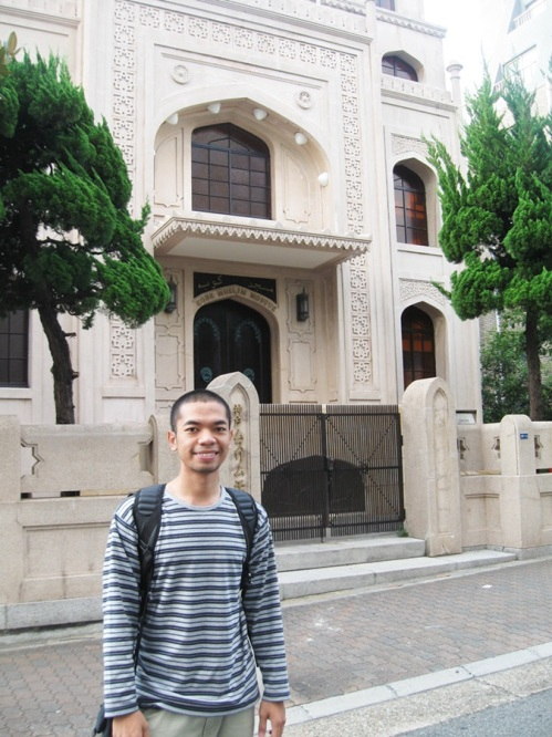 Di depan masjid Kobe, masjid pertama di Jepang