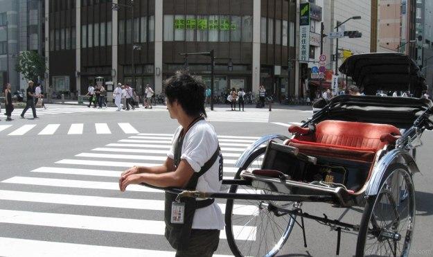 """""""Becak""""-nya Jepang, di depan gerbang Kaminari, Asakusa, Tokyo"""