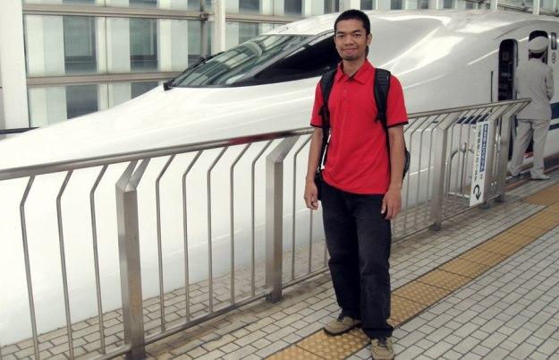 Kereta peluru Shinkansen sebagai simbol mobilitas tinggi masyarakat Jepang yang suka bepergian - at Kyoto Station
