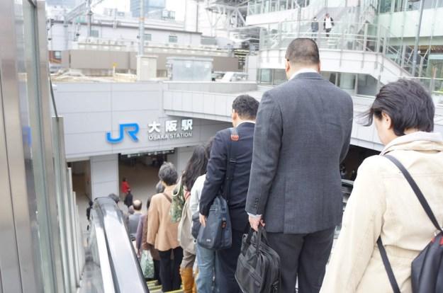 Kultur di Kansai (Osaka, Kyoto, Kobe), jalur lambat eskalator di sebelah kanan. Sedangkan di Kanto (Tokyo dsk) di sebelah kiri.