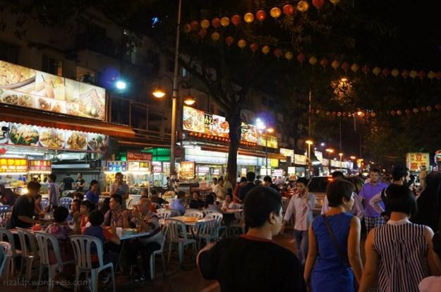Restoran-restoran yang didominasi oleh etnis Tionghoa. Yang makan kebanyakan bule dan Arab