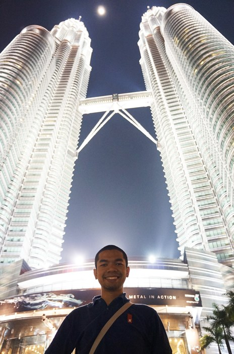 Berpose di depan Petronas Twin Towers