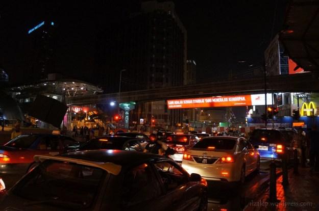 Salah satu sudut jalanan di Bukit Bintang, KL. Kemacetan memang satu masalah besar ibukota.