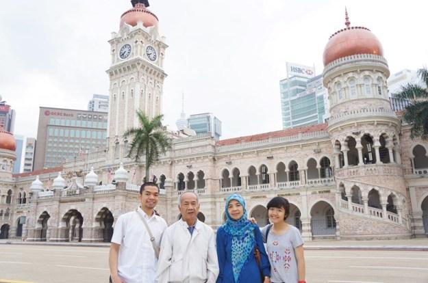 Berpose bareng keluarga di depan kompleks Masjid Jameek, KL>