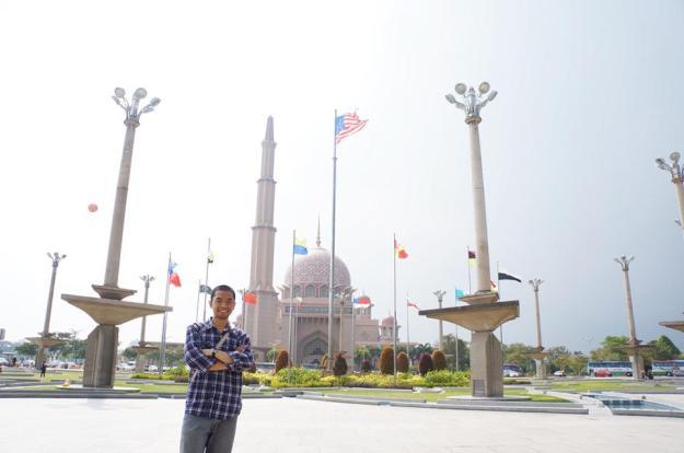 Berpose di depan Masjid Putra, Putrajaya, KL>